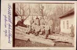 Foto Ak Hosszuret Dlha Luka Slowakei, Gruppenfoto von Soldaten vor Schulhaus