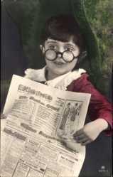 Zeitungs Ak Kleinkind sitzt mit Zeitung und Brille im Sessel