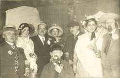Foto Ak Gruppenfoto von Menschen in Faschingskostümen, Pfeife