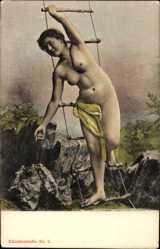 Ansichtskarte / Postkarte Nackte Frau an einer Strickleiter, Felsen