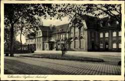 Postcard Falkenstein Vogtland, Partie am Bahnhof, Eingang, Gebäude, Straße