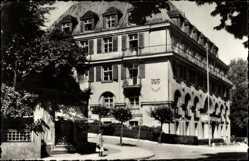 Postcard Bad Elster im Vogtland, Blick zum Sanatorium Sachsenhof, Straßenpartie