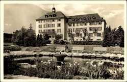 Postcard Bad Brambach im Vogtland, Partie am Radium Kurhof, Springbrunnen