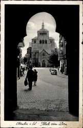 Postcard Minden in Ostwestfalen Lippe, Tordurchblick zum Dom, Passanten