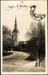 Foto Ak Tallinn Estland, Straße führend zur Kirche St Nicolas