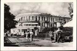 Postcard Yalta Ukraine, Blick auf das Hotel Intourist, Besucher