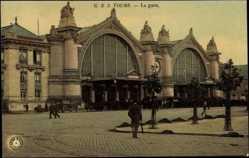 Cp Tours Indre et Loire, vue générale de la Gare, des passants