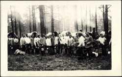 Foto Ak Kiena Litauen, Waldlager, Feldküche, Essenempfang, Soldaten