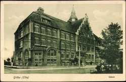 Postcard Gröba Riesa a.d. Elbe, Straßenpartie mit Blick auf die Schule