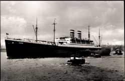 Postcard Dampfschiff Hansa der HAPAG in Küstennähe, Schleppschiffe