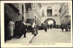 Postcard Wilna Litauen, Kriegsschauplatz, Ostra Brama, Kirche, Anwohner
