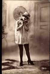 Ansichtskarte / Postkarte Junge Frau in Reizwäsche, Strümpfe, Hut, Durchsichtiges Kleid