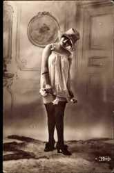 Ansichtskarte / Postkarte Frau in Unterwäsche, Strümpfe, Hochschuhe, Weißes Hemd, Hut