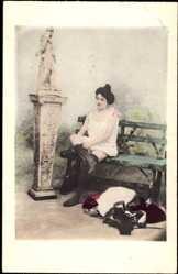 Ak Leicht bekleidete Frau auf Bank sitzend, Unterwäsche, Beine