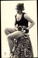 Ak Junge Frau in Badekleid, Balettschuhe, Beine, Mütze