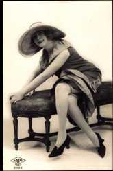 Ansichtskarte / Postkarte Junge Frau, Sitzportrait, Strümpfe, Hochschuhe, Kleid, Beine