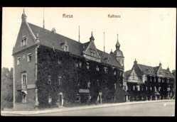 Postcard Riesa an der Elbe Sachsen, Straßenpartie mit Blick auf das Rathaus, Ranken