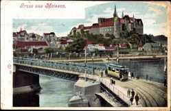 Ansichtskarte / Postkarte Meißen, Stadtansicht, Straßenbahn, Gleise, Passanten, Burg, Häuser