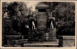 Postcard Güsten im Salzlandkreis, Gefallenenehrenmal, Kränze
