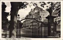 Postcard Ludwigsburg in Baden Württemberg, Partie am Eingang des Schlosses