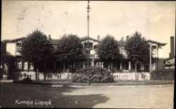 Postcard Liepaja Libau Lettland, Straßenpartie in der Stadt, Laterne