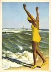 Ak Junge Frau in Badekleid am Strand, Badekappe, Gelb