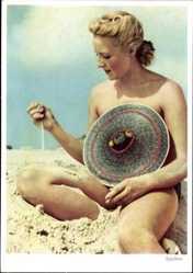 Ak Blonde Frau am Strand, Spielerei, Strohhut, Sand