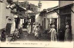 Postcard Constantine Algerien, La Rue des Forgerons, Araber, Straßenpartie