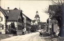 Foto Ak Winnenden Baden, Blick auf das Dorf mit Kirche, Straßenpartie