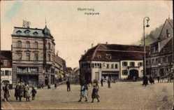 Postcard Homburg im Saarpfalz Kreis, Der Marktplatz mit Passanten und Geschäften