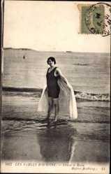 Ak Les Sables d'Olonne, Avant le  Bain, Frau in Badeanzug, Meer