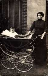 Foto Ak Mutter mit ihrem Kind, Kinderwagen, Jugendstil